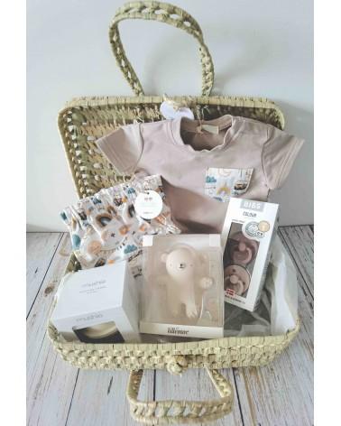 Cesta regalo nacimiento bebé, con conjunto de ropa, mordedor, chupetes y juego de vasitos apilables