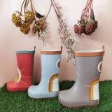 ¡Ya están aquí nuestras botas de agua más divertidas! Para que los días de lluvia🌧 dejen de ser tristes y aburridos🌈 Niños felices y papás tranquilos 👏🏻 ¡Disponibles en la web en 5 colores! . . #botasdelluvia #botasdeagua #calzadoniños #modainfantilespañola #modasostenible #modaecologica
